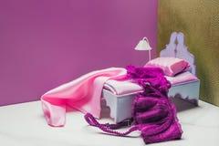 juegue la lámpara de la cama y de la antorcha con el sujetador real del tamaño imágenes de archivo libres de regalías