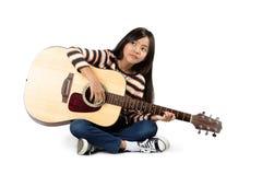 Juegue a la muchacha adolescente hermosa de la guitarra… que juega música con una guitarra Imagenes de archivo