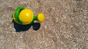 Juegue la pala, el cubo y la regadera en la costa de mar Fotografía de archivo