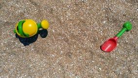 Juegue la pala, el cubo y la regadera en la costa de mar Fotos de archivo