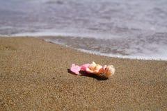 Juegue la sirena en la arena y la onda espumosa en fondo fotografía de archivo