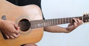 Juegue la versión 2 de la guitarra a mano fotos de archivo libres de regalías