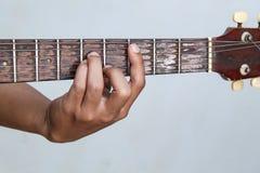 Juegue la versión 5 de la guitarra a mano imágenes de archivo libres de regalías