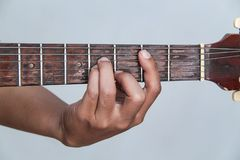 Juegue la versión 7 de la guitarra a mano imagen de archivo libre de regalías
