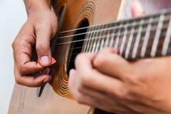 Juegue la versión 13 de la guitarra a mano imágenes de archivo libres de regalías