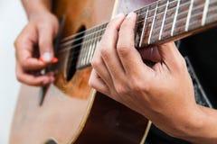 Juegue la versión 14 de la guitarra a mano fotografía de archivo libre de regalías