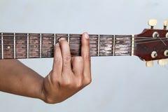 Juegue la versión 19 de la guitarra a mano fotografía de archivo libre de regalías