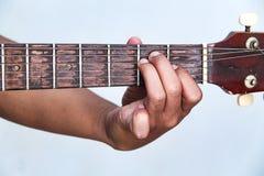 Juegue la versión 18 de la guitarra a mano imágenes de archivo libres de regalías