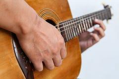 Juegue la versión 21 de la guitarra a mano fotos de archivo