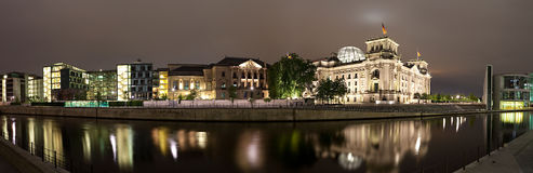 Juerga del río cerca de Reichstag. Panorama. Foto de archivo
