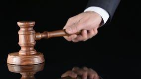 juez Arbitre el martillo y a un hombre en trajes judiciales almacen de video
