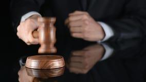 juez Arbitre el martillo y a un hombre en trajes judiciales almacen de metraje de vídeo