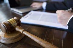 Juez con el mazo en la tabla abogado, juez de la corte, tribunal y concepto de la justicia fotografía de archivo