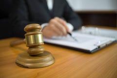 Juez con el mazo en la tabla abogado, juez de la corte, tribunal y concepto de la justicia fotos de archivo libres de regalías