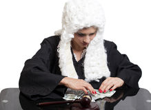 Juez corrupto de la hembra que cuenta el dinero en la tabla foto de archivo
