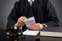 Juez Counting Euro Banknote Foto de archivo