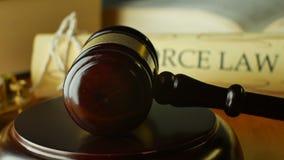 Juez del magistrado del mazo del Palacio de Justicia que pronuncia un acuerdo del divorcio almacen de video