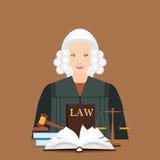 Juez femenino en peluca con el icono determinado de la ley y de la justicia Imagen de archivo