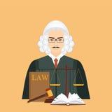 Juez masculino en peluca con el icono determinado de la ley y de la justicia Foto de archivo libre de regalías