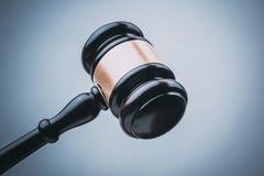 Juez negro Wood Hammer con el fondo azul Fotografía de archivo