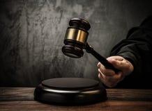 Juez que sostiene el martillo Foto de archivo