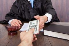 Juez que toma el soborno del cliente Foto de archivo libre de regalías