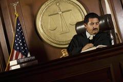 Juez Reading Law Book Fotos de archivo