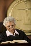 Juez Sitting With Book en tribunal Imagen de archivo libre de regalías