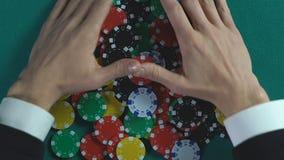 Jugador afortunado del casino que gana el premio y que toma todos los microprocesadores, éxito y fortuna metrajes