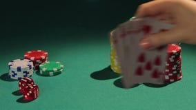 Jugador afortunado, ganador que muestra la mano de la escalera real, juego que gana de la persona afortunada almacen de metraje de vídeo