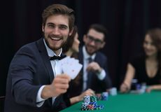 Jugador al casino con una combinación de cuatro as imágenes de archivo libres de regalías