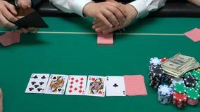 Jugador ardiente que apuesta llaves del apartamento y el dinero pasado en el apego de juego del casino almacen de video