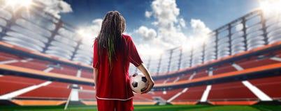 Jugador atractivo joven de la mujer en estadio de fútbol foto de archivo libre de regalías