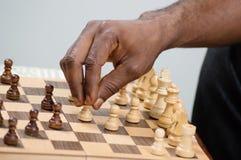 Jugador de ajedrez de Chechmate que coloca su empeño Fotos de archivo