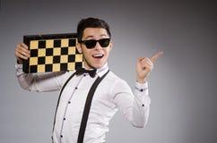 Jugador de ajedrez divertido con el tablero imagen de archivo libre de regalías