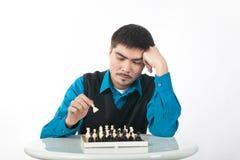 Jugador de ajedrez en un fondo blanco Fotografía de archivo