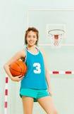 Jugador de básquet adolescente con la bola debajo de su brazo Fotos de archivo