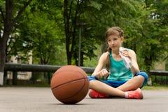 Jugador de básquet adolescente joven pensativo Fotos de archivo libres de regalías