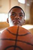 Jugador de básquet adolescente pensativo Imagen de archivo libre de regalías