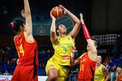 Jugador de básquet australiano, Liz Cambage, en la acción durante el partido de baloncesto AUSTRALIA contra CHINA fotos de archivo