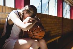 Jugador de básquet cansado que se sienta por la ventana Fotos de archivo libres de regalías