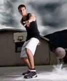 Jugador de básquet con estilo joven Imagen de archivo