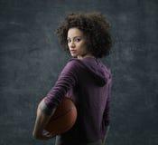 Jugador de básquet de sexo femenino Fotografía de archivo libre de regalías