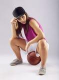 Jugador de básquet de sexo femenino hermoso y deportivo imágenes de archivo libres de regalías