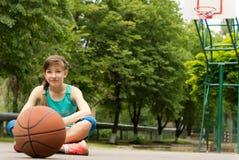 Jugador de básquet de sexo femenino joven confiado hermoso Fotografía de archivo