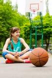 Jugador de básquet de sexo femenino joven confiado hermoso Foto de archivo libre de regalías