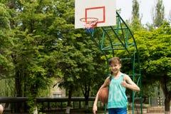 Jugador de básquet de sexo femenino joven sonriente Fotos de archivo libres de regalías