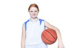 Jugador de básquet del adolescente sobre un fondo blanco Fotografía de archivo