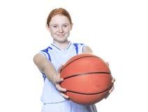 Jugador de básquet del adolescente sobre un fondo blanco Imágenes de archivo libres de regalías