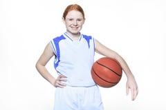 Jugador de básquet del adolescente sobre un fondo blanco Foto de archivo libre de regalías